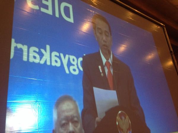 Jokowi: Tebak, Foto Saya Waktu Muda yang Mana?