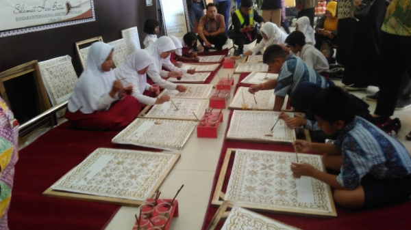 Peringati Hari Batik Nasional, Puluhan Siswa SD Membatik di Bandara Adisutjipto