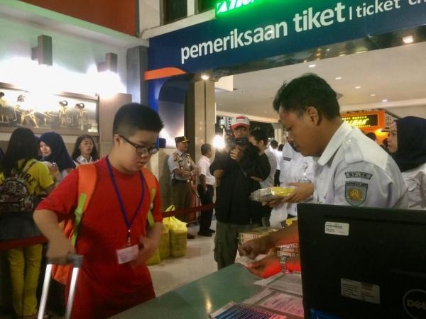 PT KAI Daop 6 Yogyakarta Bagikan 3.000 Snack Gratis Bagi Penumpang